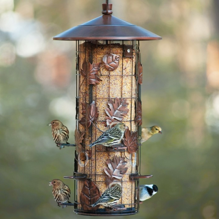 Nistkasten aus Blech, Futter für Vögel, fünf kleine Vögelchen, dekorative Herbstblätter