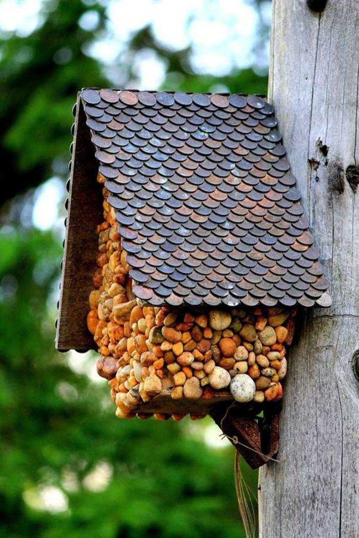 Nistkasten selber bauen, Schritt für Schritt Anleitungen, Vogelhäuschen mit kleinen Steinen bekleben