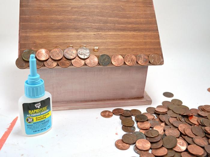Nistkasten aus Holz selber bauen, das Dach mit Münzen bekleben, Schritt für Schritt Anleitung, kreative Bastelideen für Erwachsene