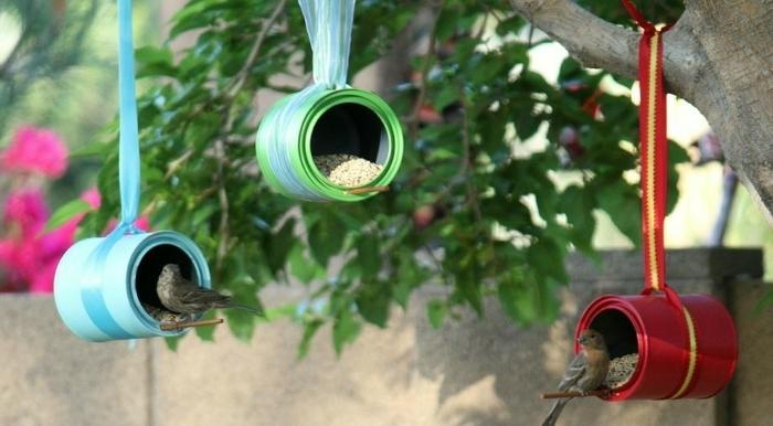 Vogelhäuser aus Dosen selber machen, mit Bändchen aufhängen, mit Samen und Sonnenblumenkernen füllen