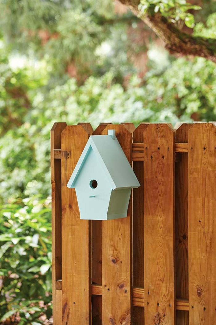 Nistkasten aus Holz selber bauen, hellblau bemalt, Freude für die Vögel und schöne Gartendekoration zugleich