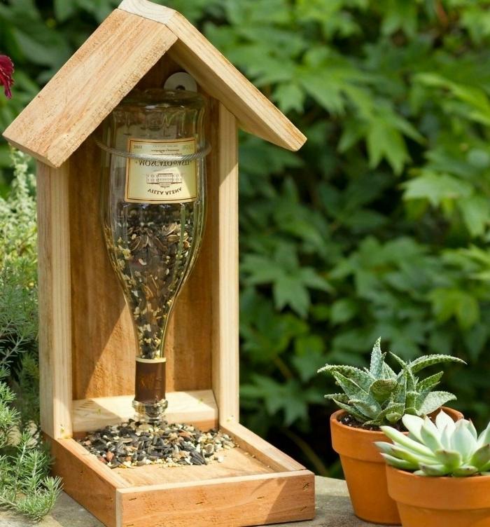 Nistkasten aus Holz und Glasflasche selber machen, die Flasche mit Sonnenblumenkernen befüllen
