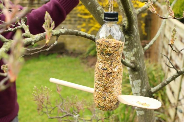 Futterhäuschen für Vögel aus Plastikflasche und Holzlöffel selber machen, einfache DIY Projekte für Kinder und Erwachsene