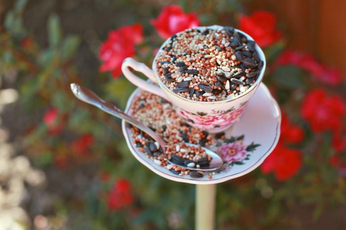 Nistkasten aus Teetasse machen, mit Samen und Sonnenblumensamen befüllen, einfaches DIY Projekt