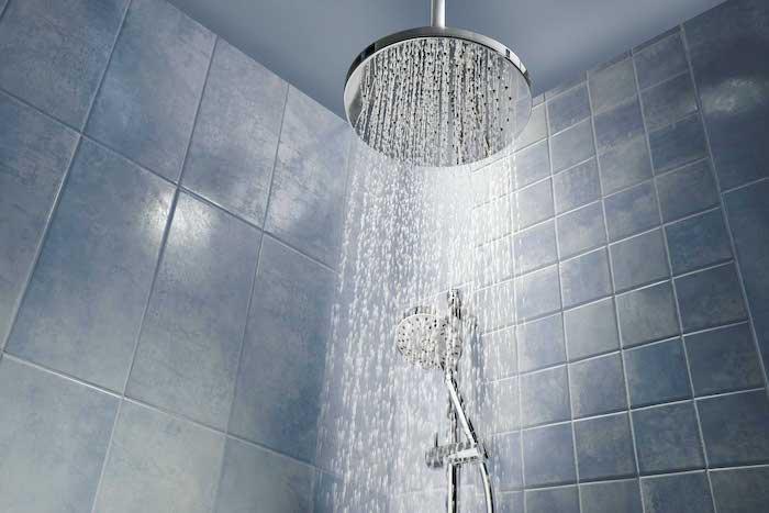 täglich eine duschen nehmen wasser leitung erfrischende routine im bad keine mikroben und kalk