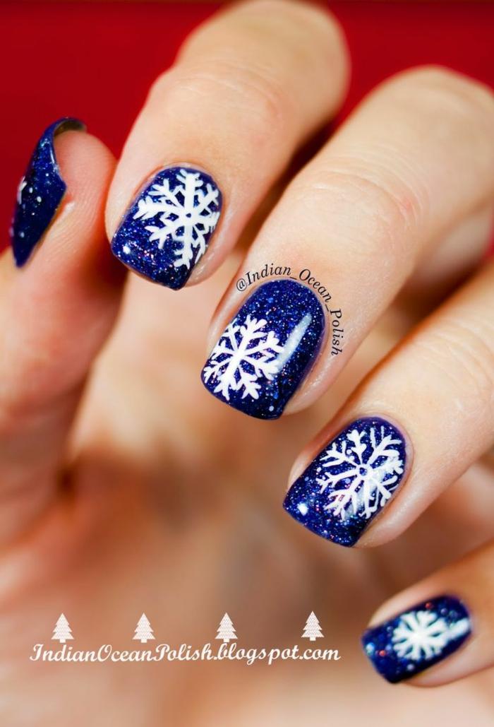 weiße Schneeflocken auf dunkelblauem Grund, Idee für Glitzer Nägel zum Nachstylen, eckige Nagelform