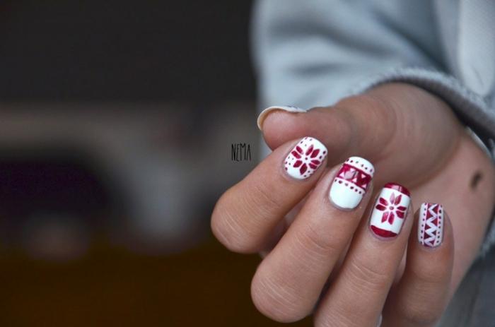 Winter Nageldesign in Weiß und Rot zum Nachstylen, ovale Nagelform, Tendenzen für den Winter