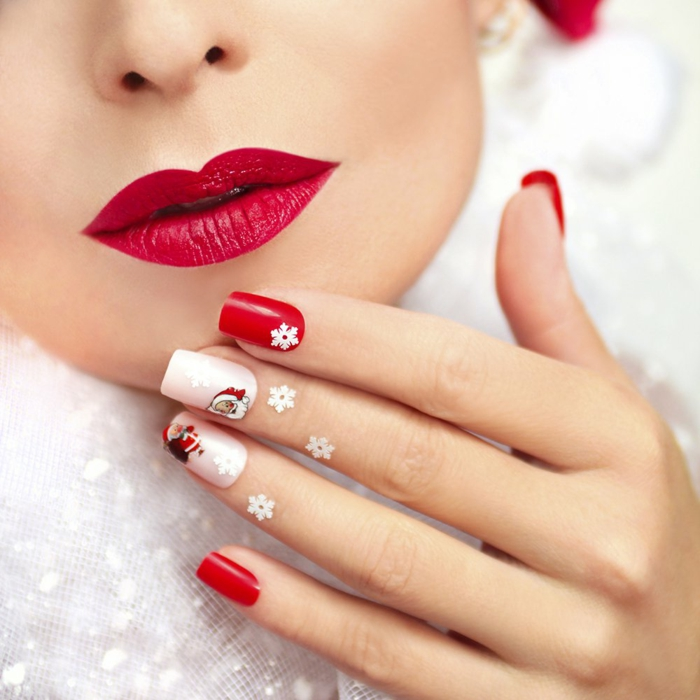 Weihnachtsnägel in Rot und Weiß mit kleinen Schneeflocken und Weihnachtsmann, eckige Nagelform