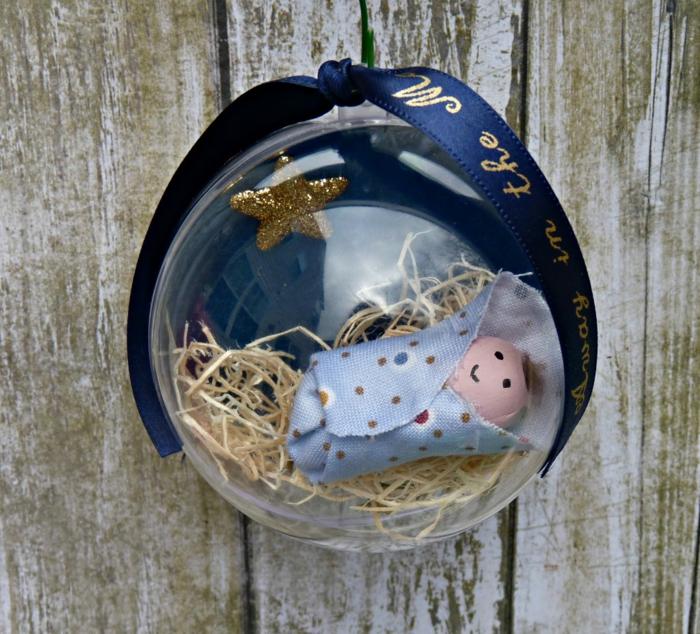 Weihnachtsschmuck mit Baby, schönes Weihnachtsgeschenk für junge Eltern, dunkelblauer Band mit goldenen Buchstaben