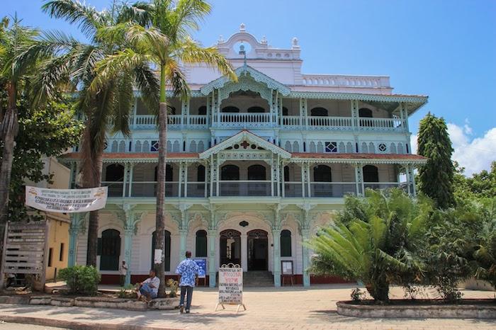 wo liegt sansibar ein schönes gebäude mit mintgrün dekoriert administrative hauptstadt von der insel zanzibar tansania