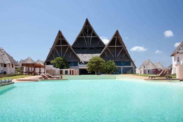 urlaub auf sansibar schöne hotels mit pool 3 gleichartigen häuschen mit spitzen decke architektur