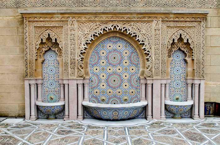 hauptstadt marokko details brunnen schöne farben und dekorationen arabesken deko typische muster für marokko