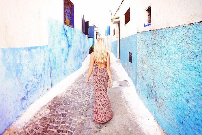 hauptstadt marokko spaziergang straße in blau und weiß bloggerin model fotos machen