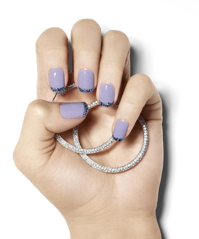 Französische Maniküre in Lila, Idee für Glitzer Nageldesign, ovale Nagelform, silberne Ohrringe mit Kristallen