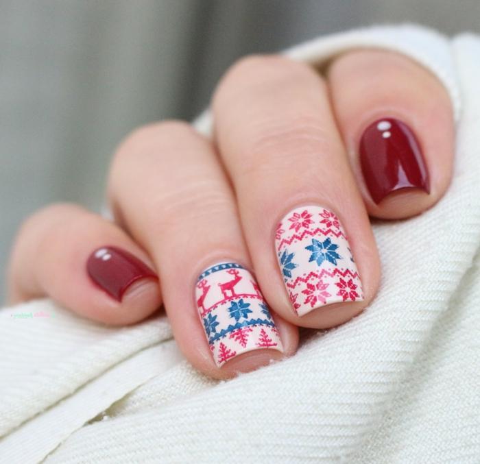 Idee für Winternägel, rote und blaue Rentiere und Sterne auf weißem Grund, eckige Nagelform
