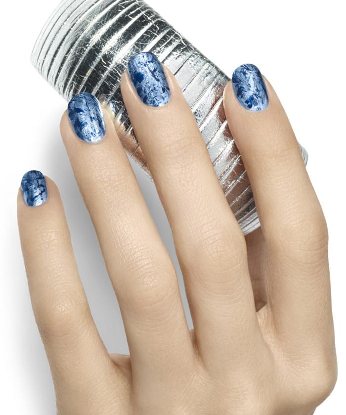Winternägel zum Nachstylen, zwei Blaunuancen, runde Nagelform, silbernes Armband im Hintergrund