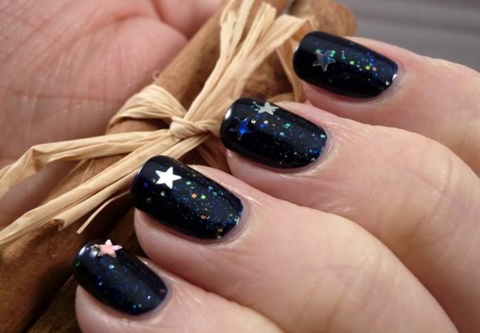 Winterliche Glitzer-Nägel in Dunkelblau mit kleinen Sternchen, Idee für Silvester Maniküre