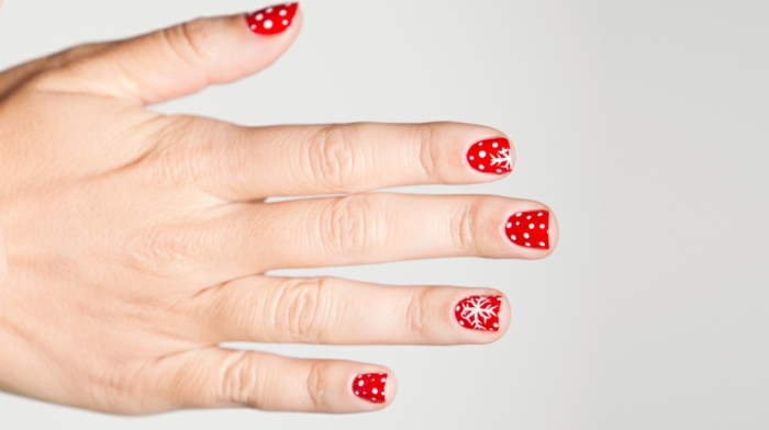 Weiße Schneeflocken und Punkte auf rotem Grund, Schritt für Schritt Anleitung, ovale Nagelform