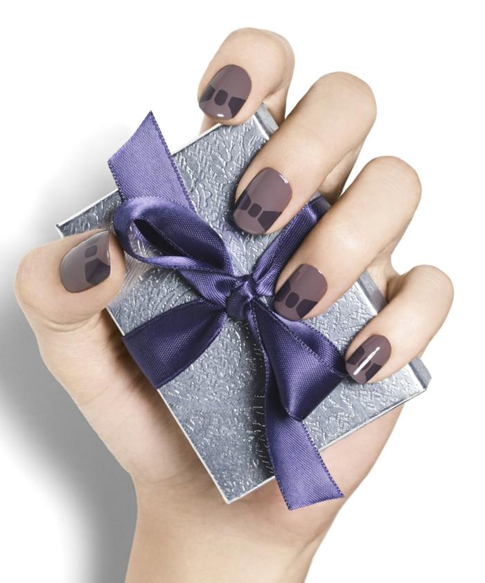 Winternägel mit Bändchen, ovale Nagelform, kleines Weihnachtsgeschenk mit lila Band verziert