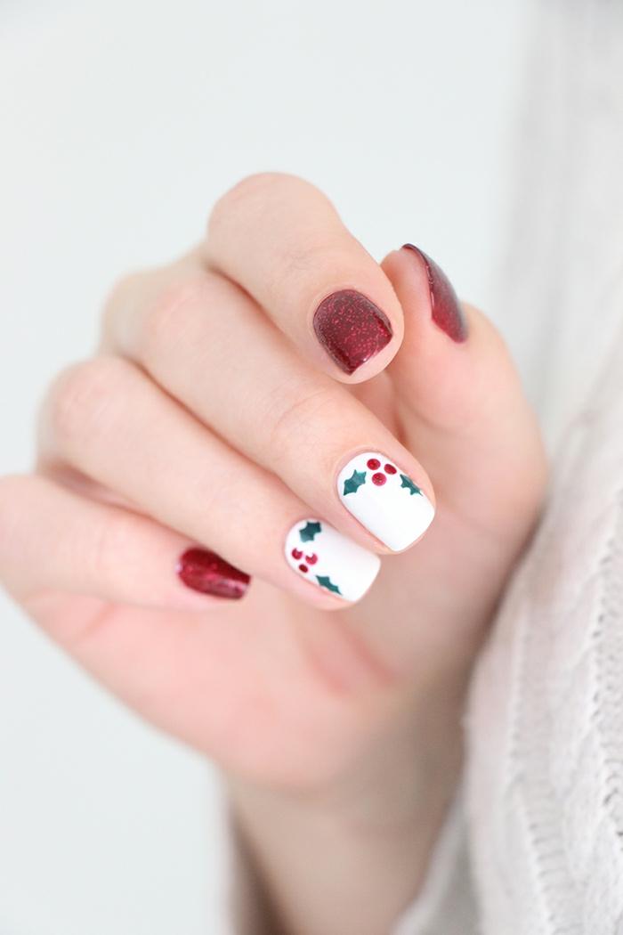 Mistel auf weißem Grund, rotes Glitzer-Nageldesign, ovale Nagelform, Winternägel zum Nachstylen