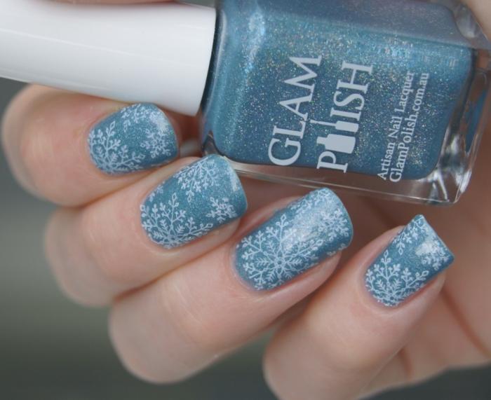 Glitzer Nageldesign zum Nachstylen, weiße Schneeflocken auf hellblauem Grund, eckige Nagelform