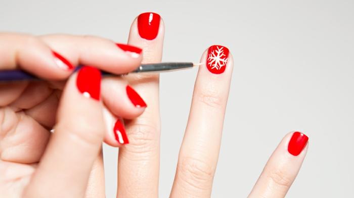 Winternägel zum Nachstylen, weiße Schneeflocken auf rotem Grund, ovale Nagelform
