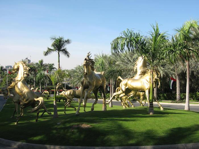 sehenswertes in dubai die goldenen pferden willkommen die gäste von dem hotel al qasr in madinat jumeirah