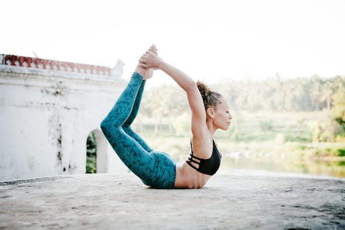Yoga in Indien erlernen, Position des Buchstabens O, auf dem Bauch liegen, Gebäude mit altem Putz