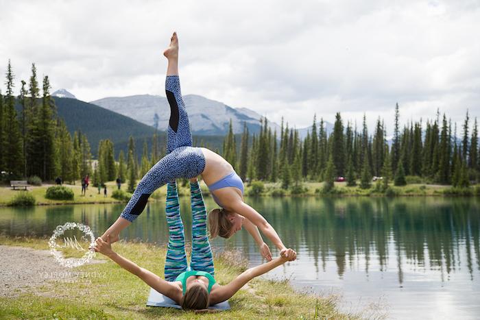 zwei junge Damen trainieren im Freien, grüne Umgebung von hohen Bäumen, Gipfel mit Schnee an der Spitze