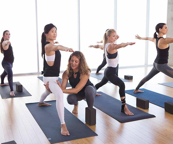 Yohaklasse für Einsteinger im Frauenstudio, französische Fenster, Fenster bis zum Boden, Yogawürfel