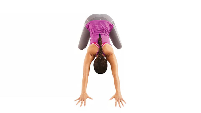 eine junge Frau macht Yoga, Balasana Stellung des Kindes, ein Blick von oben nach unten, lange dunkle geflochtene Haare