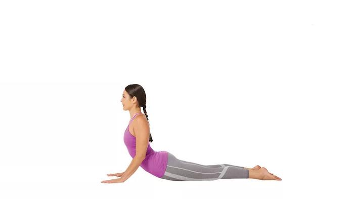 Bhujangasana-Position machen, den Körper mit dem Bauch zum Boden stellen, Beine nach hinten strecken, den Körper mit Armen stützen