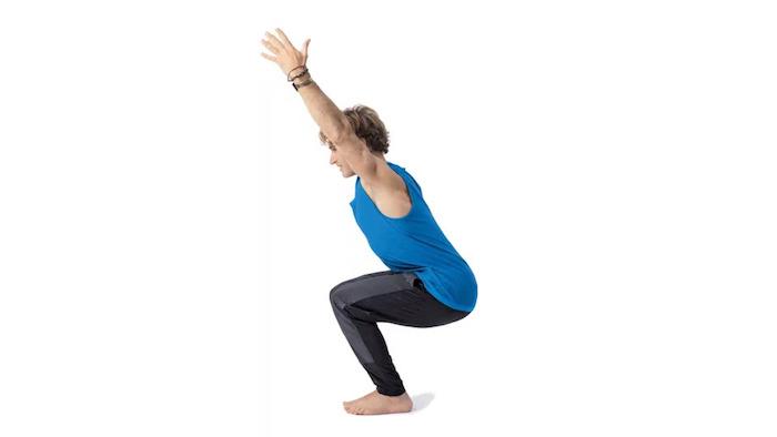 Yoga für Anfänger: Utkatasana Übung, kniender Mann mit hochgestreckten Armen, drei schwarze Armbänder, Mann mit hellen Haaren im Sportoutfit