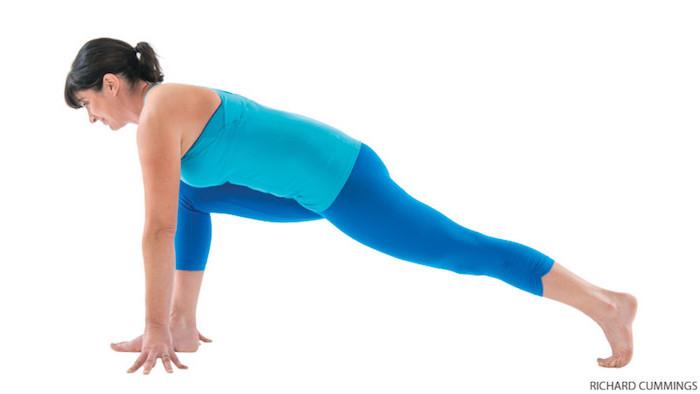 Position hoher Ausfallschnitt, linker Bein nach hinten gerichtet, rechter Bein mit gebeugtem Kniegelenk