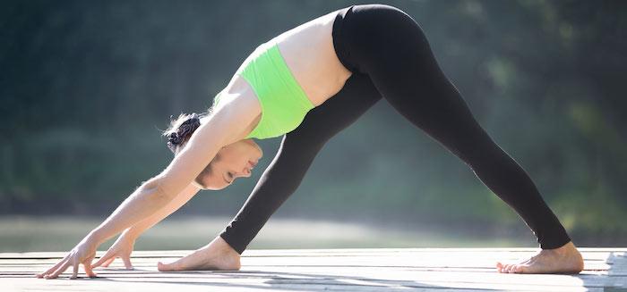 Intensive Seiten-Stretch-Haltung Parsvottanasana, Sport in der Natur treiben, Bauchfette schmelzen