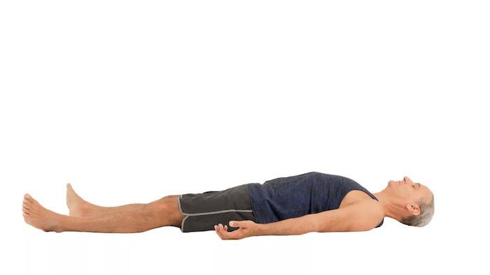 Endposition Savasana Relaxposition, Handflächen nach oben, Augen geschlossen halten, alle Muskeln entspannen