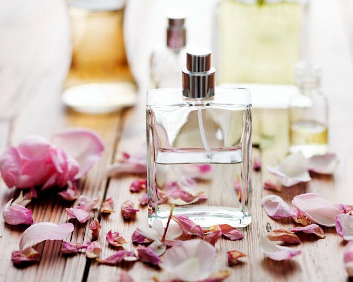 parfum mit jasmin und rosenöl, getrocknete rosenblätter, selbstgemachte geschenke