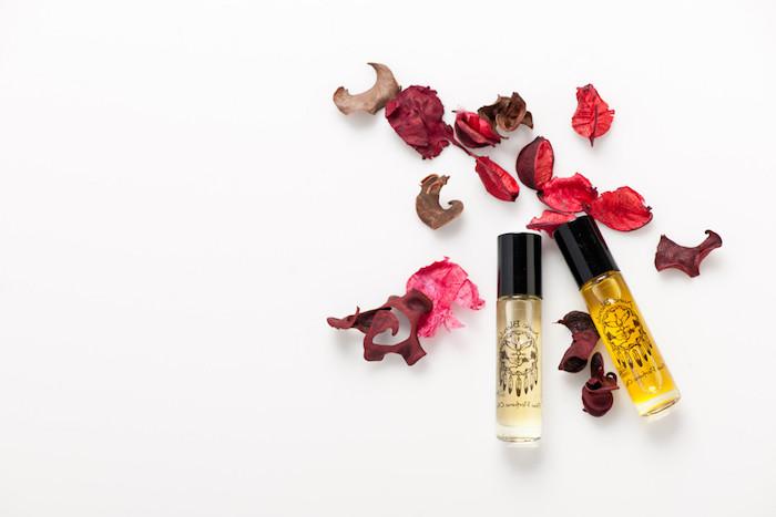 parfum mit jasmin und rosenöl, getrocknete rosenblätter, kosmetik aus natürlichen produkten