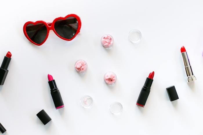 schminke selber machen, sonnenbrille mit roten rahmen, lippenstifte und lippenpeelings