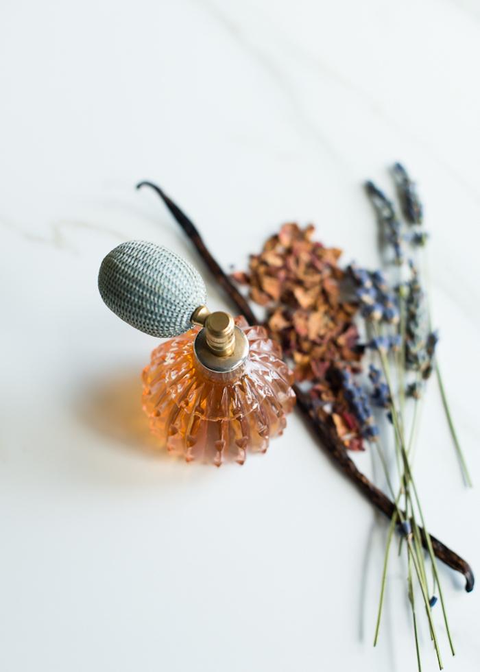 parfum mit jasmin und lavendelöl, kosmetik aus naturprodukten, geschenke für frauen