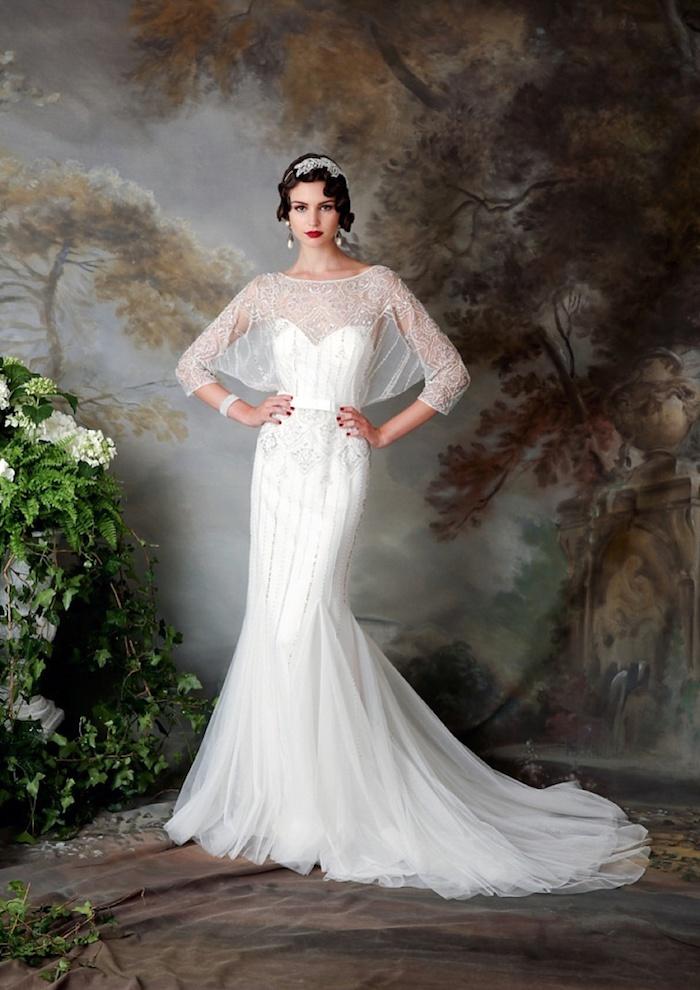 hochzeitskleid spitze, meerjungfrau kleid mit dekorationen aus kristall, vintage hochzeitsfrisur
