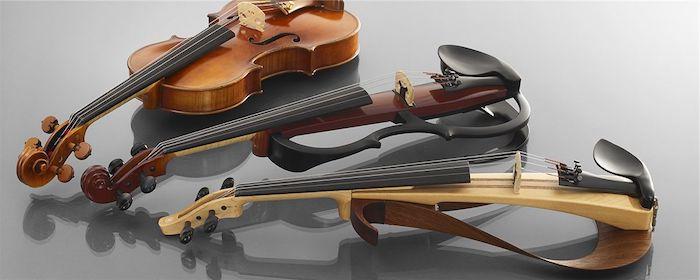 zwei Arten von Geigen - Viola, umgangssprachlich Bratsche genannt, und zwei elektrische Geigen jeweils aus dunklem und aus hellem Holz