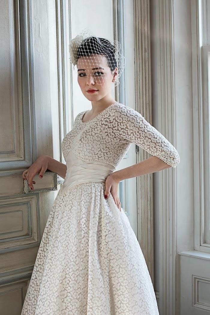 vintage hochzeitskleid in a-linie, make-up im retro stil, hochsteckfrisur