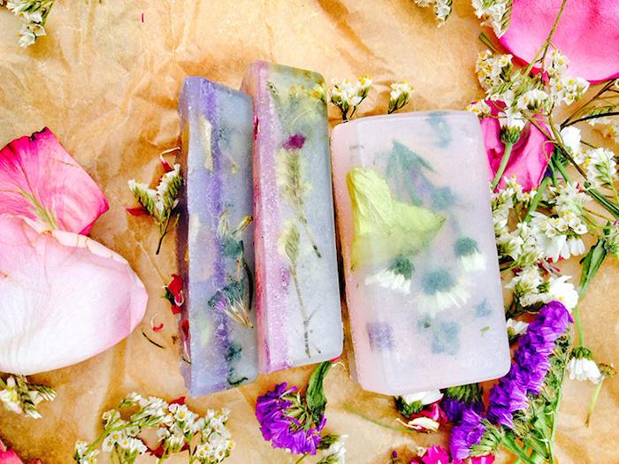 naturkosmetik selber machen, selbstgemachte seifen mit getrockneten blumenblättern