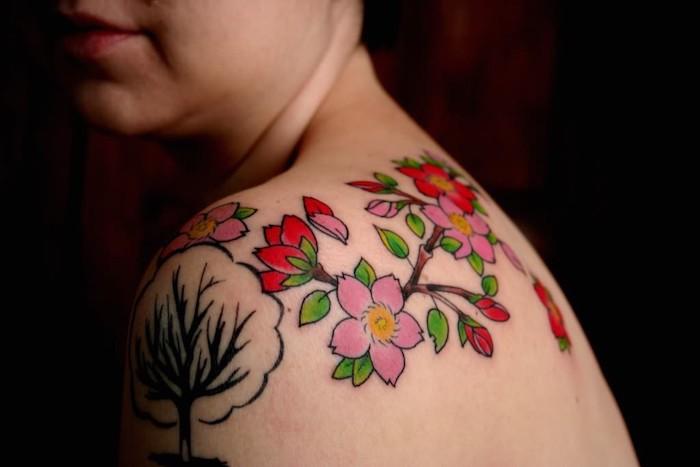 farbiges kirschblüten tattoo am schulter, tattoos für frauen