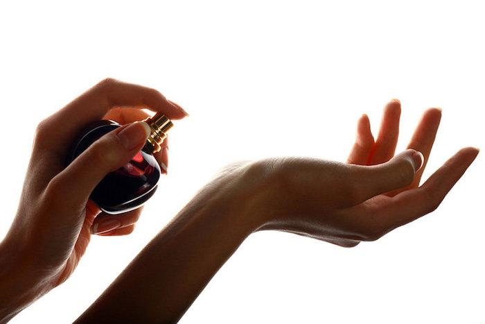 parfum selber herstellen, selbstgemachte geschenke für frauen, parfum sprühen