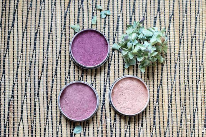 schminke selber machen, lila lidschatten in verschiedenen nuancen, selbstgemachte schminken
