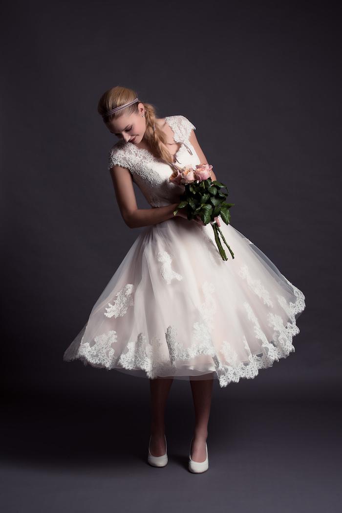 brautkleid spitze, hochzeitsstrauß mit rosen, kurzes hochzeitskleid im vintage stil