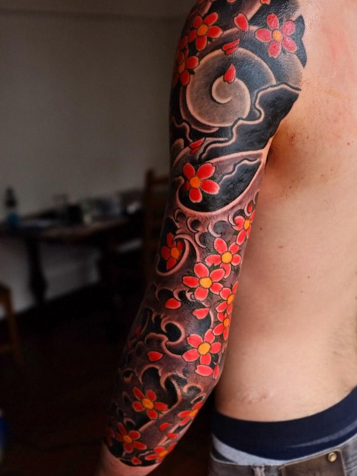 kirschblüten tattoo an dem ganzen arm, sleeve tattoo mit japansichen motiven