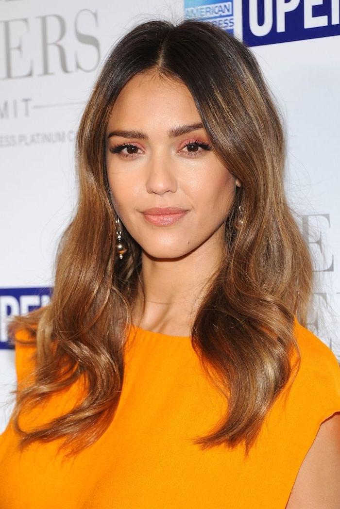 karamell haarfarbe, jessica alba mit frisur mit wasserwellen und orangem abendkleid